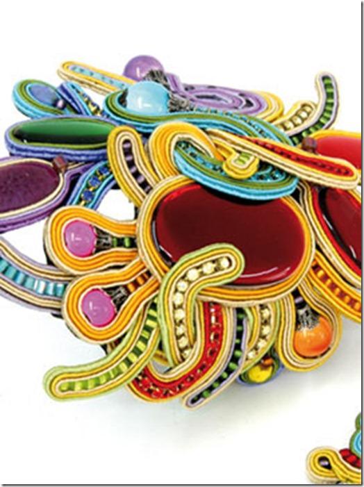 acessórios bordados coloridos detalhes Dori Csengeri (270x363)