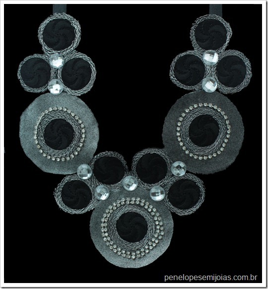 maxi colar preto circulos de lã e strass