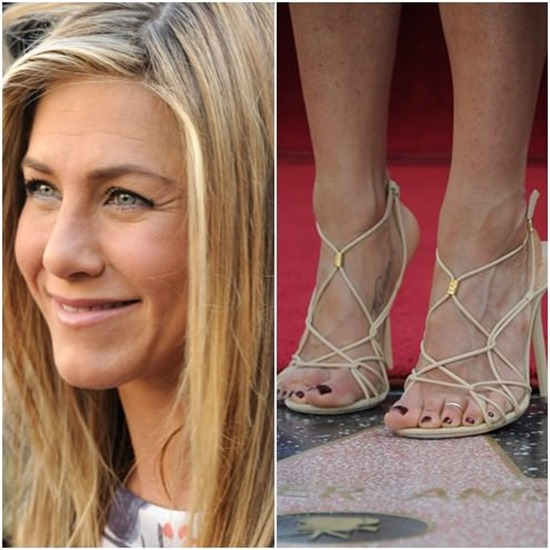 jennifer aniston anel no pé